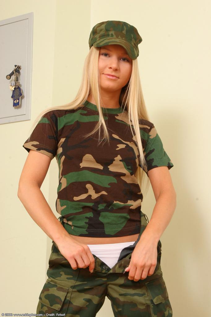 女兵的裸體也是那麼美 [10P]
