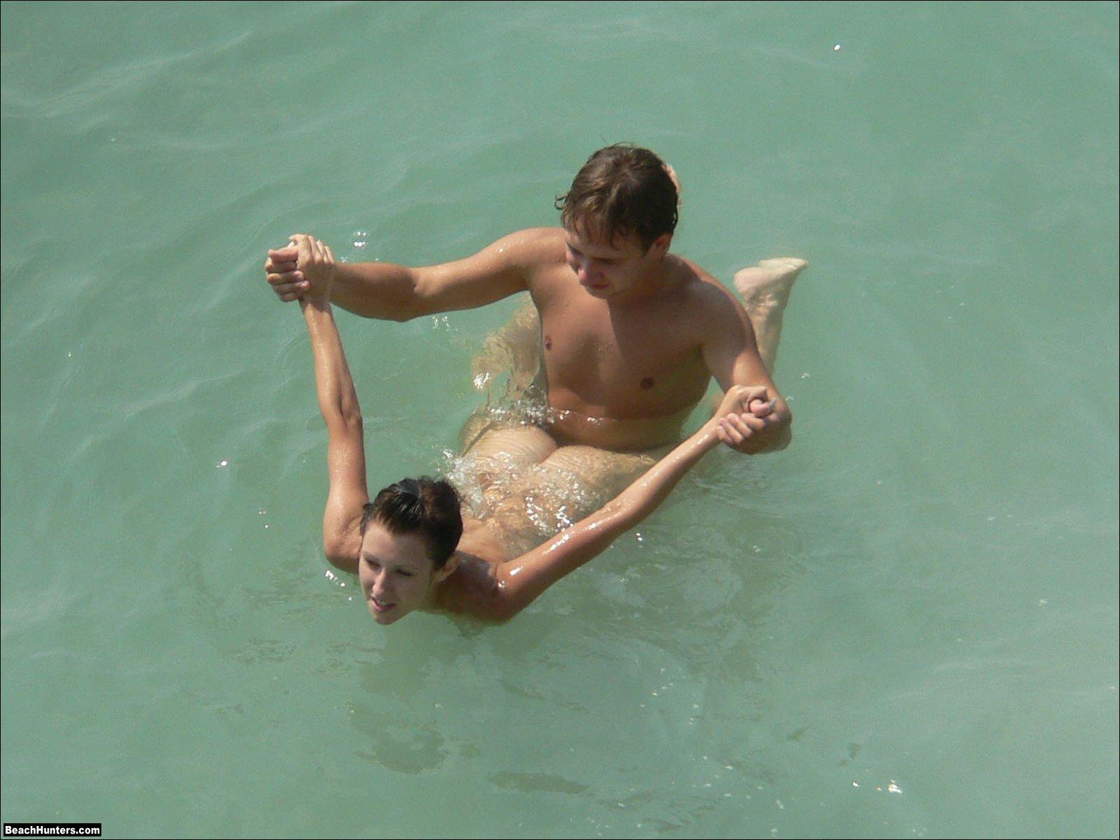 Трахаются на море на пляже 14 фотография