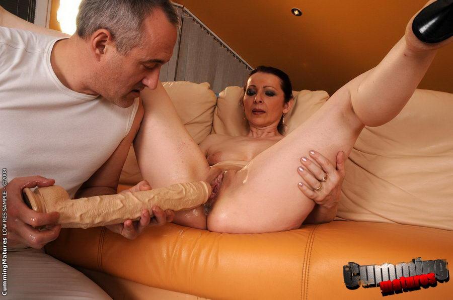 фото зрелую даму трахает сексмашина