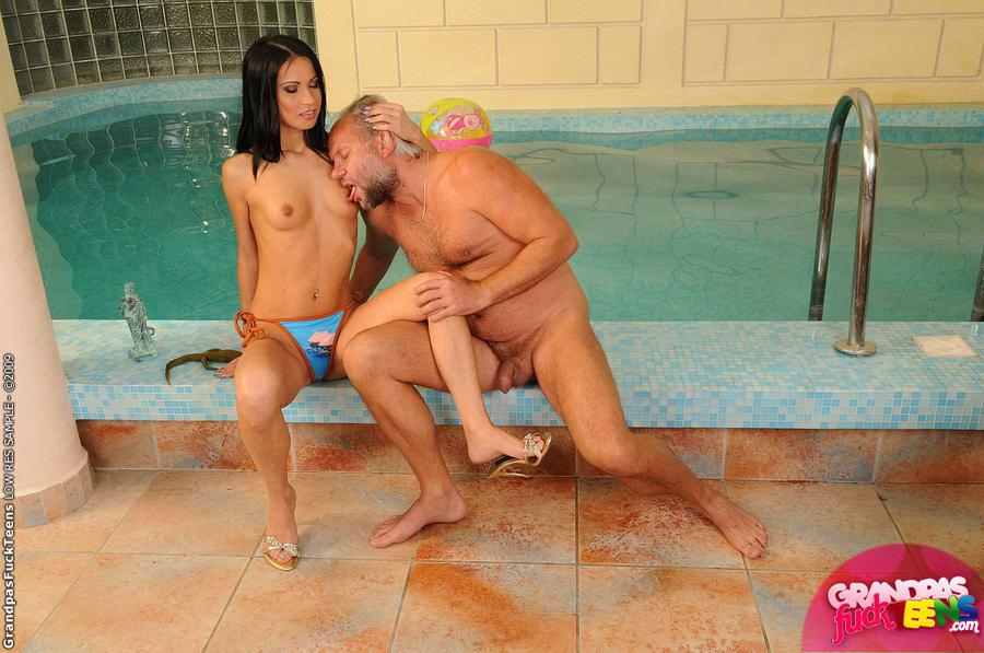 Дед трахает внучку в ванной и с удовольствием кончает ей в ротик.