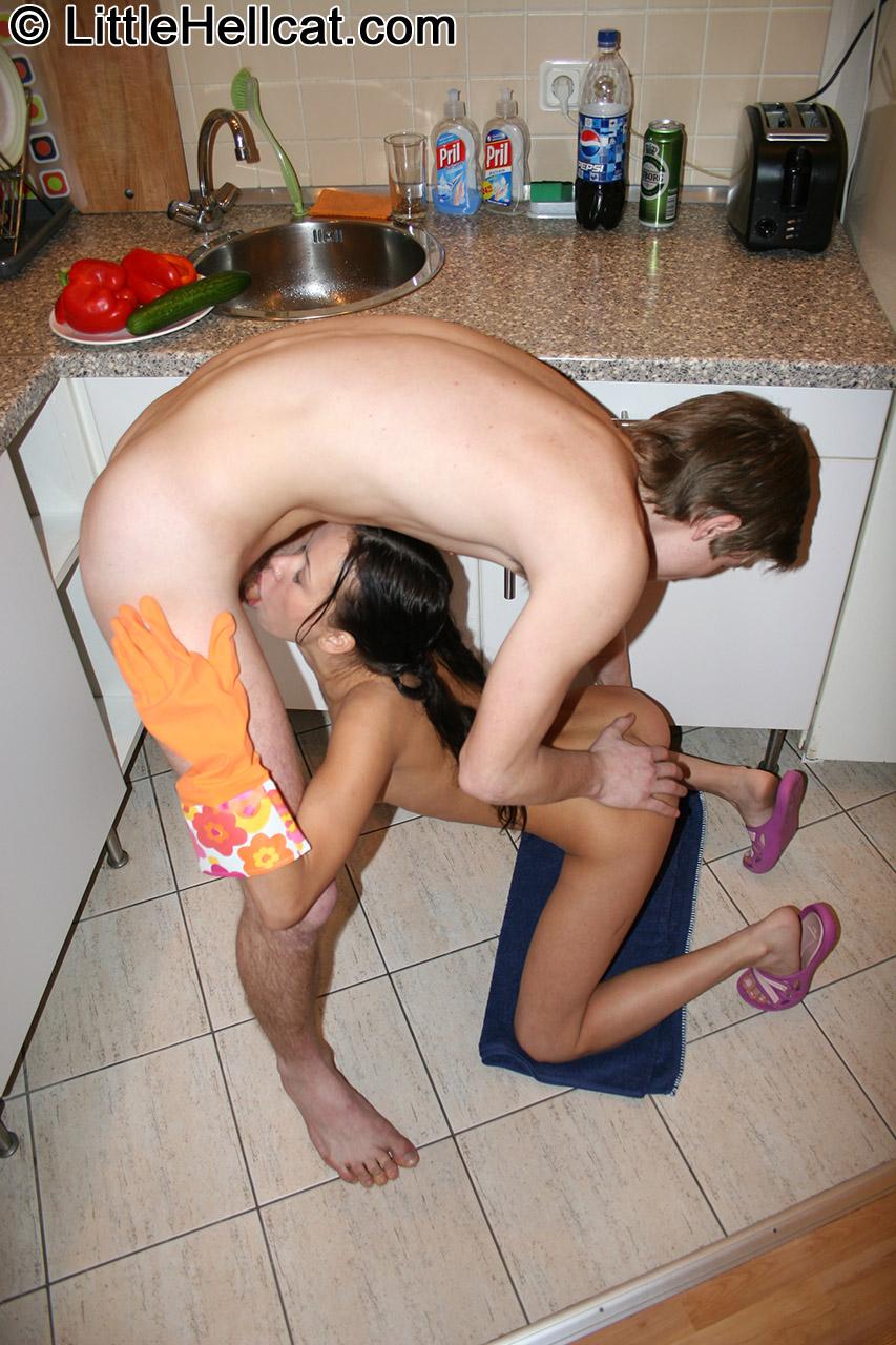 С папой на кухне порно фото 15 фотография