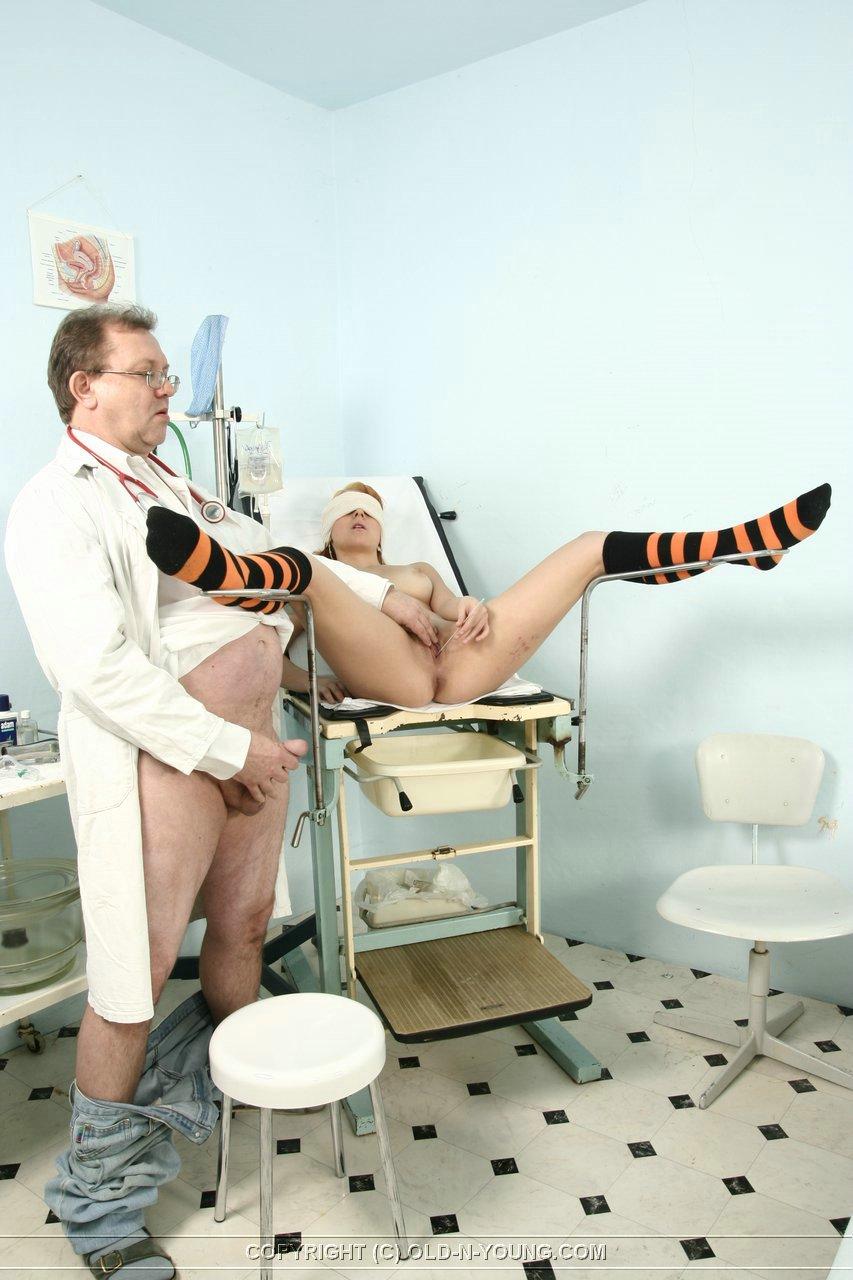 Гинекологическом гинеколог трахает кресле в