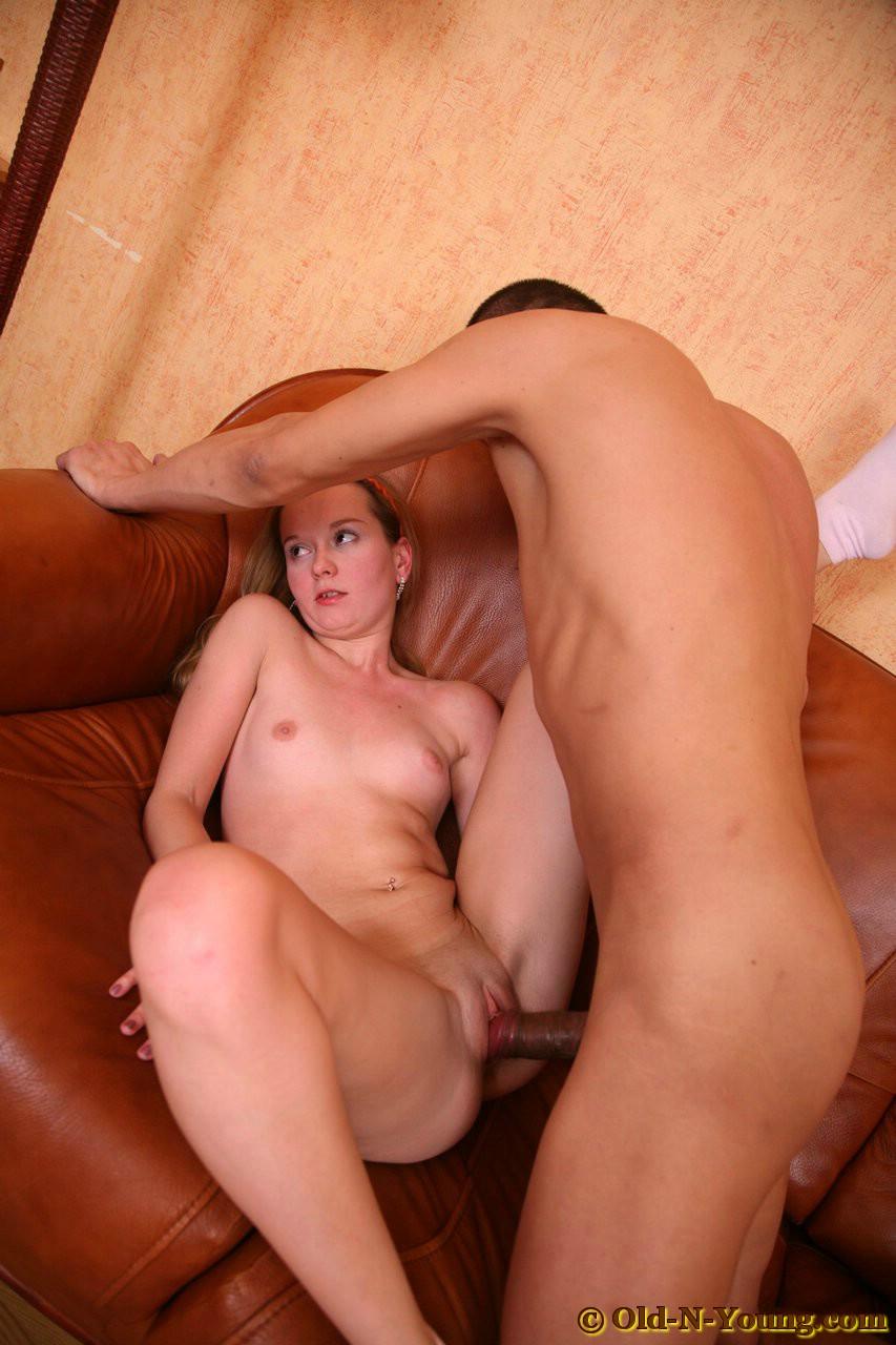 Порно инцест дочь и отец на диване
