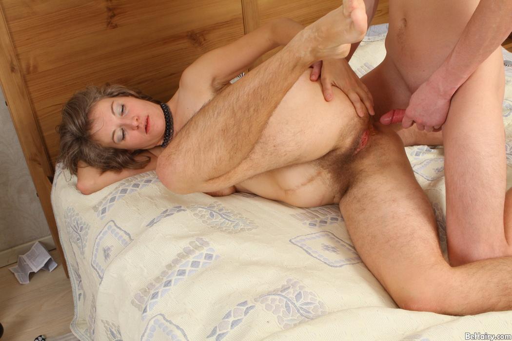затем, вынимая порно крупных зрелых и молодых парней порно видео мужик
