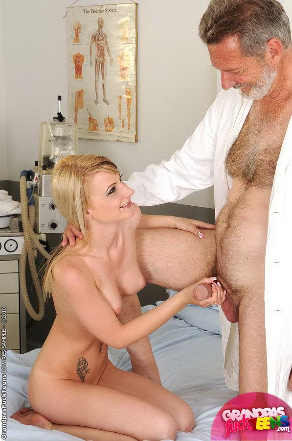 Порно с пожилыми у врача