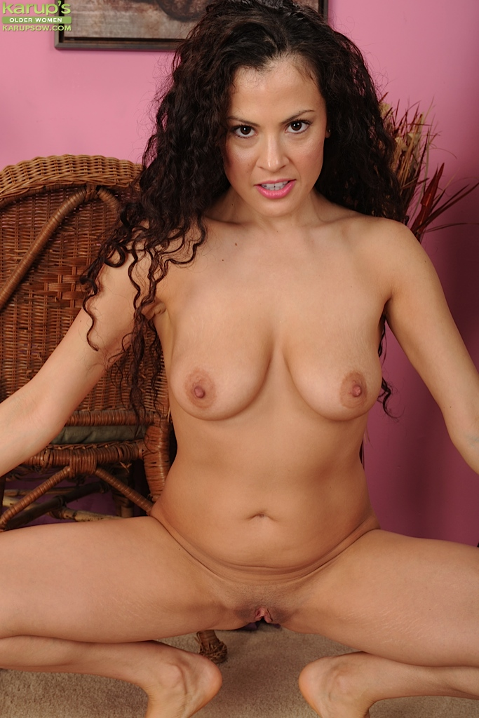 Curly haired Brunnett MILF