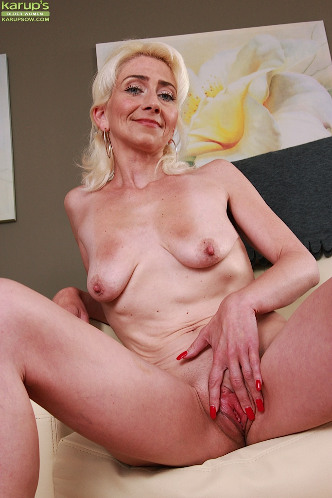 Girls tight shaved pussy-1471