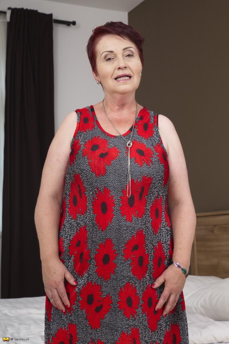 Sexy granny naked mom
