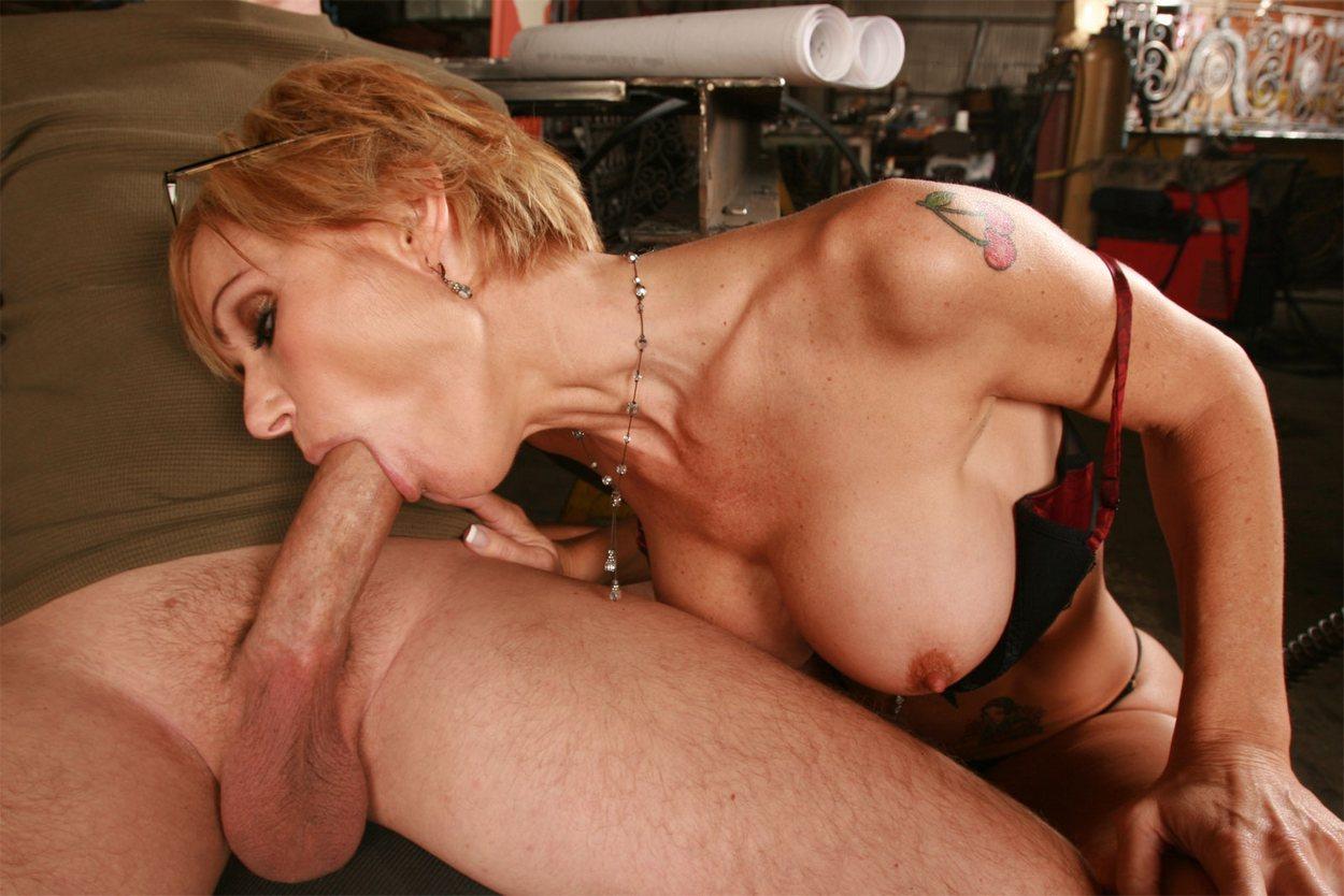 Зрелая баба делает глубокий миньет порно ролики смотреть