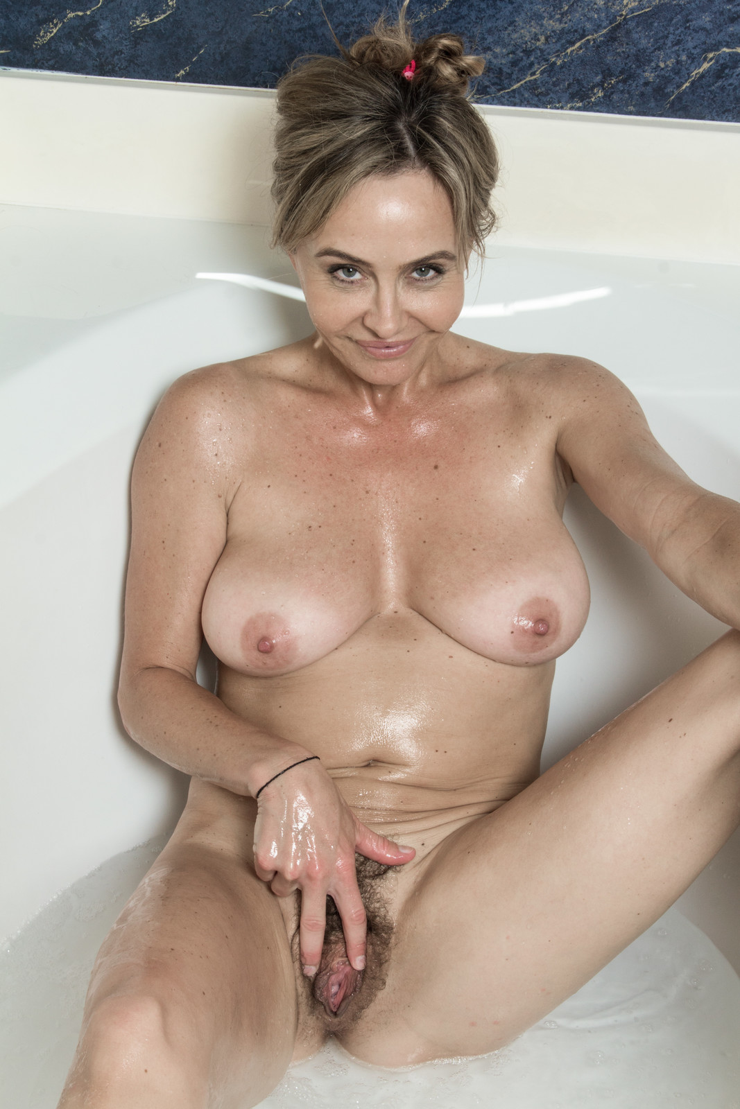 Bath naked sarah — pic 1