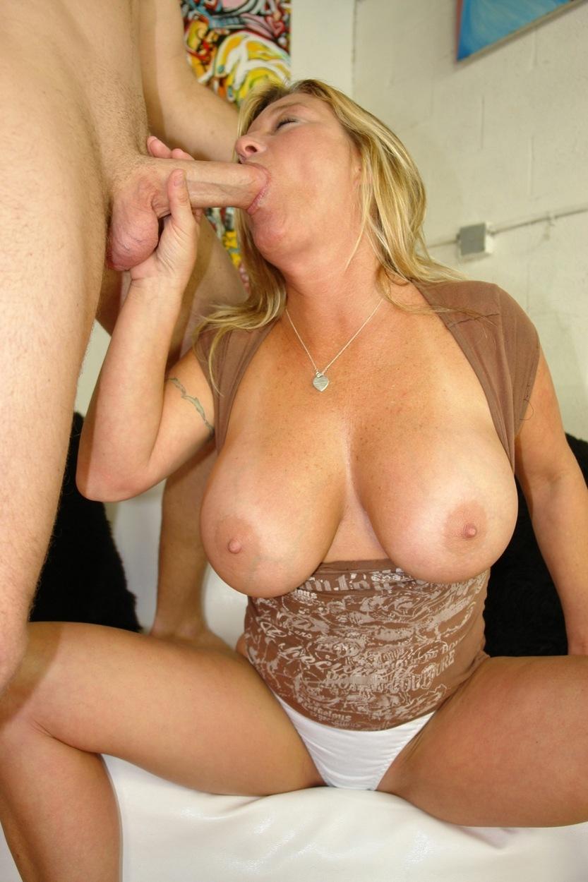 Паренек дал пососать пышной даме, взяли и выебали